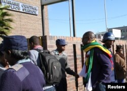 Zimbabwean Pastor Evan Mawarire (2nd R), who organized a 'stay at home' anti-government protest last week, arrives at the Harare Central Police station in Zimbabwe, July 12, 2016.