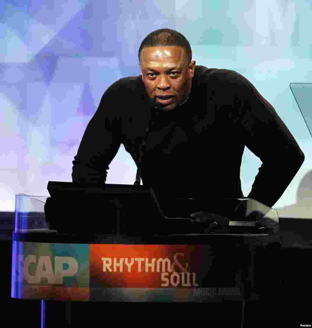 N.3 - Dr. Dre Foi um super ano para o lendário produtor, graças à venda do Beats à Apple, anunciada em Maio (2014). O seu rendimento anual passou a 620 milhões de dólares - não sendo apenas o melhor ano da sua carreira mas também o mais alto rendimento dos últimos anos de qualquer artista alguma vez avaliado pela FORBES.