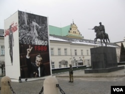去年年初在华沙波兰总统府前竖立的大幅宣传画,内容有关团结工会和1980-1989年期间波兰民主化运动。手举V字的是共产党垮台后的第一位波兰总理,也是二战后中、东欧地区的第一位非共产党人总理马佐维耶茨基。他是波兰记者和作家,团结工会的一名领导人(美国之音白桦)。
