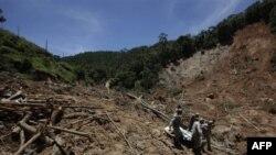 Nhân viên cứu hộ đang khiêng một nạn nhân thiệt mạng vì đất chuồi Nova Friburgo, bang Rio de Janeiro, Brazil, ngày 20 tháng 1, 2011