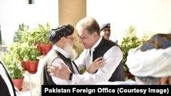طالبان وفد کی دفتر خارجہ آمد پر شاہ محمود قریشی نے ان کا استقبال کیا۔