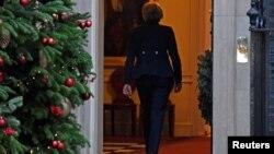 Britanska premijerka Theresa May ulazi nazad u Downing Street 10, nakon što je najavljeno da će Konzervativna partija održati glasanje o nepovjerenju njenom liderstvu, u Londonu, Velika Britanija, 12. decembra 2018.
