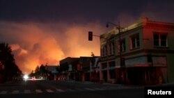 California enfrenta apagones por riesgo de incendios en el sur del estado. Foto de archivo. Incendio Thomas en Santa Paula, California, el 5 de diciembre de 2017. Reuters/David McNew.
