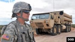 미군의 고고도 미사일 방어체계 사드(THAAD) 발사대와 미군. 미 국방부 제공 사진.