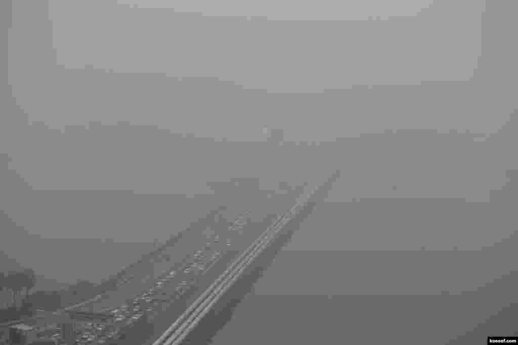 یک منظره از ماشین ها در مه، در پلی در سنگاپور