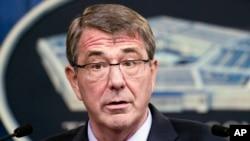 Menteri Pertahanan Amerika Ash Carter memberikan keterangan pers di Pentagon, Kamis (28/1).