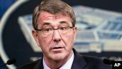 Bộ trưởng Quốc phòng Ash Carter phát biểu trong một cuộc họp báo tại Ngũ giác đài ngày 28 tháng 1 năm 2016.