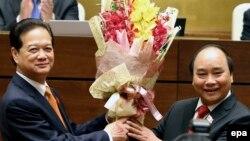 Ông Nguyễn Xuân Phúc được người tiền nhiệm chúc mừng đảm nhận cương vị Thủ tướng hồi tháng Tư năm nay.