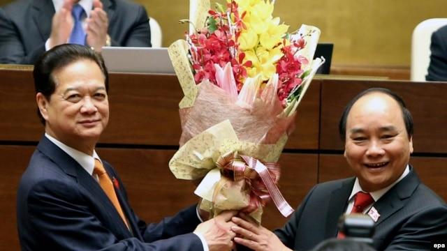 Cựu Thủ tướng Nguyễn Tấn Dũng chúc mừng tân Thủ tướng Nguyễn Xuân Phúc sau khi ông Phúc tuyên thệ nhậm chức tại Hà Nội, ngày 7/4/2016.