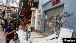 人們從香港銅鑼灣被搗毀的商店前走過。 (2019年10月8日)