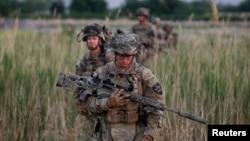Binh sĩ Mỹ tuần phòng ở Afghanistan