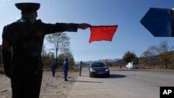 지난 10월 북한 강원도 원산으로 들어오는 차량을 신종 코로나바이러스 방역 요원이 통제하고 있다.