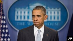 El presidente Barack Obama hace una pausa durante declaraciones en la sala de prensa de la Casa Blanca sobre los ataques en París, el 13 de noviembre de 2015.