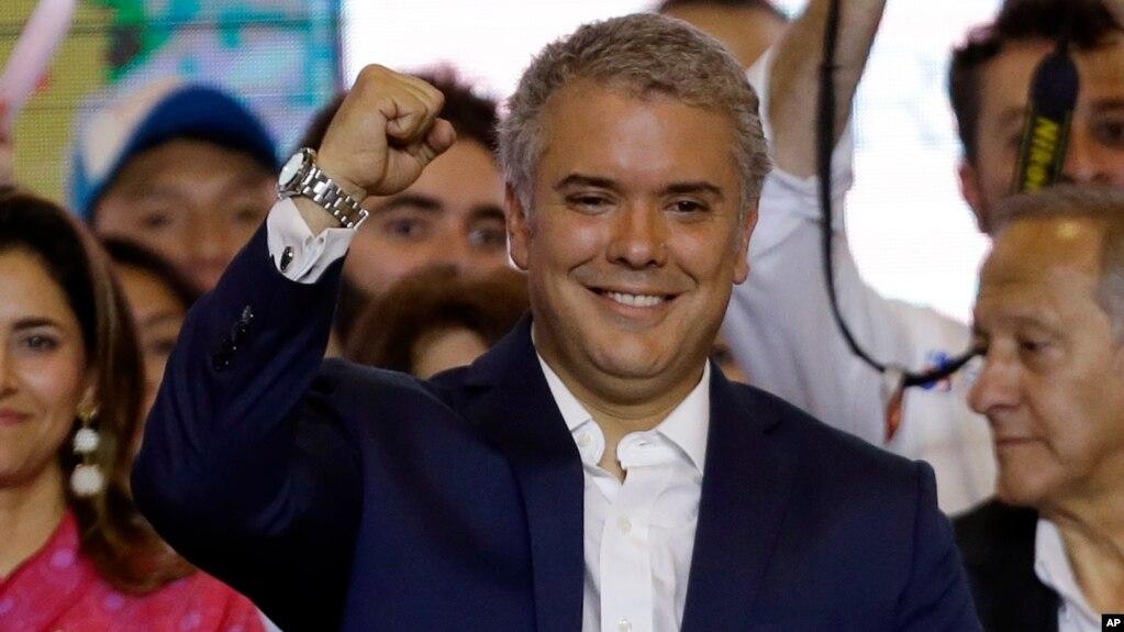 El presidente electo de Colombia, Iván Duque, celebra su victoria en la segunda vuelta electoral en Bogotá, el domingo, 17 de junio de 2018.