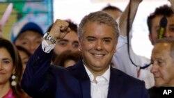 El presidente electo de Colombia, Iván Duque, celebra su victoria tras el balotaje el 17 de junio de 2018, en Bogotá.