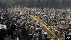 인도 뉴델리 여대생 집단 성폭행 사건에 대해 27일 격렬히 항의하는 시민들.