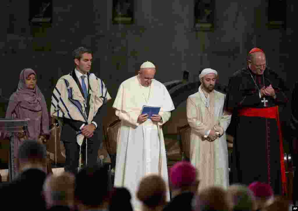 نیو یارک میں پوپ فرانسس مذہبی رسم ادا کر رہے ہیں۔