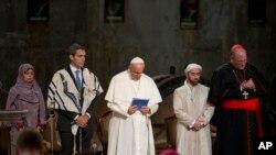 Папа Франциск молится с представителями разных религий у мемориала жертвам теракта 11 сентября. Нью-Йорк, 25 сентября 2015.