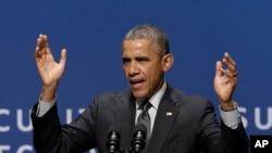 Predsednik Obama govori na samitu Bele kuće o sajber-bezbednosti i zaštiti potrošača na univerzitetu Stenford u Kaliforniji, 13. februara 2015.