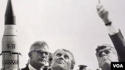El presidente John F. Kennedy, a la derecha en la foto, durante una visita a Cabo Cañaveral.