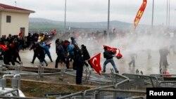 Pasukan keamanan Turki menggunakan meriam air untuk membubarkan unjuk rasa di luar penjara Silivri, saat berlangsungnya pengadilan atas kelompok Ergenekon (8/4). Kelompoik ini disinyalir memiliki rencana konspirasi untuk menentang pemerintah Turki.
