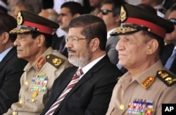 بائیں سے دائیں - فیلڈ مارشل محمد حسین طنطاوی، صدر محمد مرسی اور جنرل سامی عنان