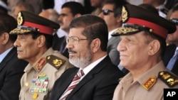 Tổng thống Ai Cập Mohammed Morsi (giữa), Tham mưu trưởng quân đội Sami Anan (phải) và Bộ trưởng Quốc phòng Hussein Tantawi (trái)
