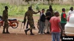 Des militaires de l'ex-RSP s'en prennent aux journalistes et aux passants à Ouagadougou, Burkina Faso, 20 septembre 2015.