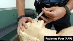 Démonstration de l'utilisation du naxolone par un policier à Millersville, dans le Maryland le 17 juin 2014.