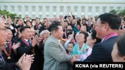 Pemimpin Korea Utara Kim Jong Un menyapa orang-orang pada saat peringatan ke-73 berdirinya Korea Utara di Pyongyang pada 9 September 2021. (Foto: KCNA via REUTERS)