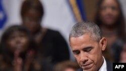 ប្រធានាធិបតីសហរដ្ឋអាមេរិកលោក Barack Obama បានបង្អាក់នៅពេលដែលលោកកំពុងថ្លែងសុន្ទរកថានៅឯពិធីរំលឹកវិញ្ញាណក្ខន្ធសម្រាប់ជនរងគ្រោះក្នុងការបាញ់ប្រហារប៉ូលិសនៅទីក្រុង Dallas នៅក្នុងមជ្ឈមណ្ឌល Morton H. Meyerson Symphony កាលពីថ្ងៃទី១២ កក្កដា ២០១៦ រដ្ឋតិចសាស់។
