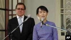 Lãnh tụ dân chủ Miến Ðiện Aung San Suu Kyi nói chuyện với các phóng viên sau cuộc họp với Ngoại trưởng New Zealand Murray McCully tại Yangon, ngày 7/3/2012
