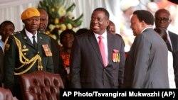 Emmerson Mnangagwa, au centre, à Harare, Zimbabwe, 24 novembre 2017.