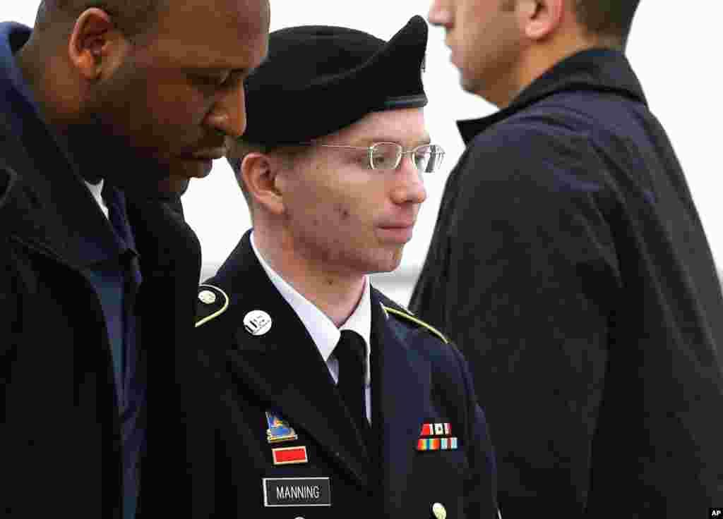 Manning (giữa) được đưa vào phòng xử tại Trại Meade, tiểu bang Maryland để lấy lời khai trước khi xử. 21/5/2013.