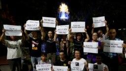 Ảnh tư liệu - Người thân và các nhà hoạt động kêu gọi trả tự do cho các nhà bất đồng chính kiến tại Hà Nội, ngày 27/8/2018.