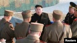 북한 김정은 국방위원회 제1위원장이 인민군 제572대련합부대와 제630대련합부대 관하 부대들의 련합협동훈련을 조직 지도했다고 북한 조선중앙통신이 지난달 23일 보도했다. (자료사진)