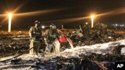 Пожарные на месте крушения самотета Boeing-737 в Казани. Россия. 17 ноября 2013 г.