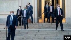 Tổng Thống Mỹ Donald Trump bước ra khỏi Quân Y viện Walter Reed ngày 5/10/2020 trước khi trở về Tòa Bạch Ốc. (Photo by SAUL LOEB / AFP)