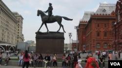 莫斯科红场旁朱可夫将军塑像下的中国游客。(美国之音白桦拍摄)