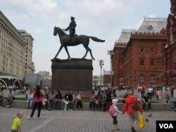 莫斯科红场旁朱可夫元帅塑像下的中国游客。(美国之音白桦拍摄)