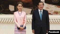 មេដឹកនាំមីយ៉ាន់ម៉ាលោកស្រីអង់សានស៊ូជីថតរូបនៅក្នុងជំនួបមួយជាមួយលោកនាយករដ្ឋមន្រ្តីហ៊ុនសែននៅវិមានសន្តិភាពក្នុងក្រុងភ្នំពេញកាលពីព្រឹកថ្ងៃទី៣០ខែមេសាឆ្នាំ២០១៩។(Facebook/Samdech Hun Sen, Cambodian Prime Minister)