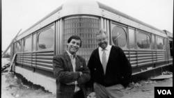 Vlasnici i osnivači, kuvar Ipe fon Hengst (desno) i Robert Đijamo tokom izgradnje prvog dajnera 1989.