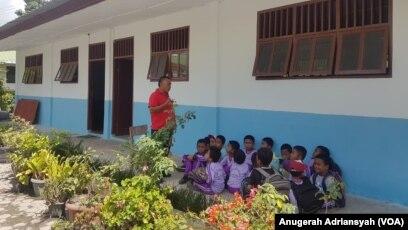 Suasana belajar mengajar di salah satu sekolah di Pulau Samosir, Danau Toba, Sumatera Utara. (Foto: VOA/Anugerah Adriansyah)