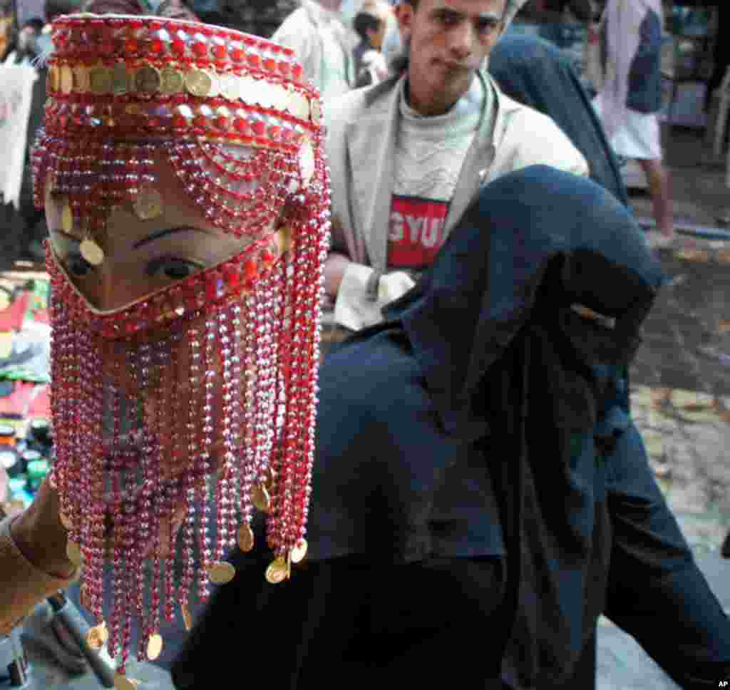 While a few women show their face, veiling is the norm in Yemen. February 19, 2012. (VOA- E. Arrott)