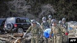 Lực lượng phòng vệ Nhật tìm thấy cơ thể 1 nạn nhân giữa những đống đổ nát tại Noribu, miền bắc Nhật Bản, 31/3/2011