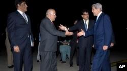 巴基斯坦官员欢迎抵达伊斯兰堡访问的美国国务卿克里