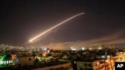Nebo iznad Damaska obasjano raketnom paljbom dok SAD, Britanija i Francuska izvode napad ciljajući različite dijelove glavnog grada Sirije rano ujutro 14. aprila 2018.