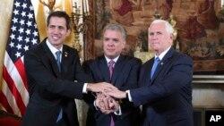 مایک پنس (راست) با رئیس جمهور کولمبیا (وسط) و هوان گوایدو در بوگاتا، پایتخت کولمبیا دیدار کرد