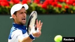 Novak Djokovic dalam laga putaran kedua melawan Taro Daniel di turnamen BNP Paribas Terbuka, di Indian Wells Tennis Garden, 11 Maret 2018. (Foto: Jayne Kamin-Oncea-USA TODAY Sports via Reuters)
