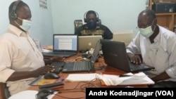 Des journalistes cherchant désespérément la connexion au desk (VOA/André Kodmadjingar)